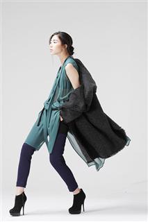 黑灰色雙排釦連帽大衣