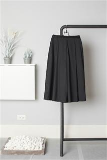 B.L.黑色活褶八分寬褲
