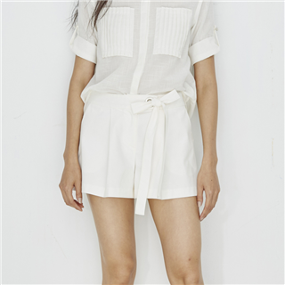 白色寬腰帶綁帶短褲