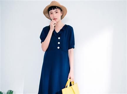 純色質感輕甜荷葉V領傘擺洋裝