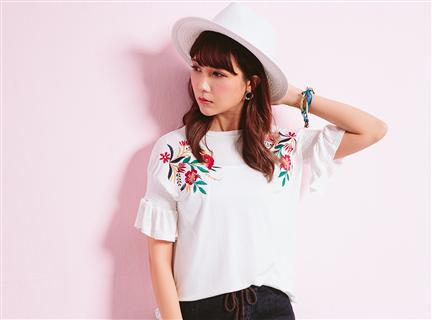寬鬆圓領肩膀花朵刺繡短袖棉質T恤