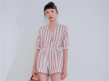 V領襯衫式配色直條紋鬆緊綁帶連身短褲